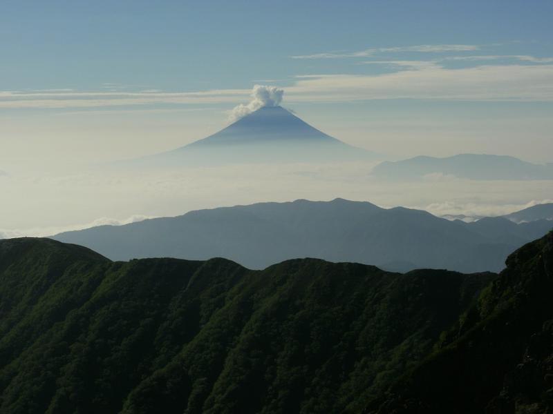 北岳の手前で誰かが叫びました「富士山が噴火してる!?」